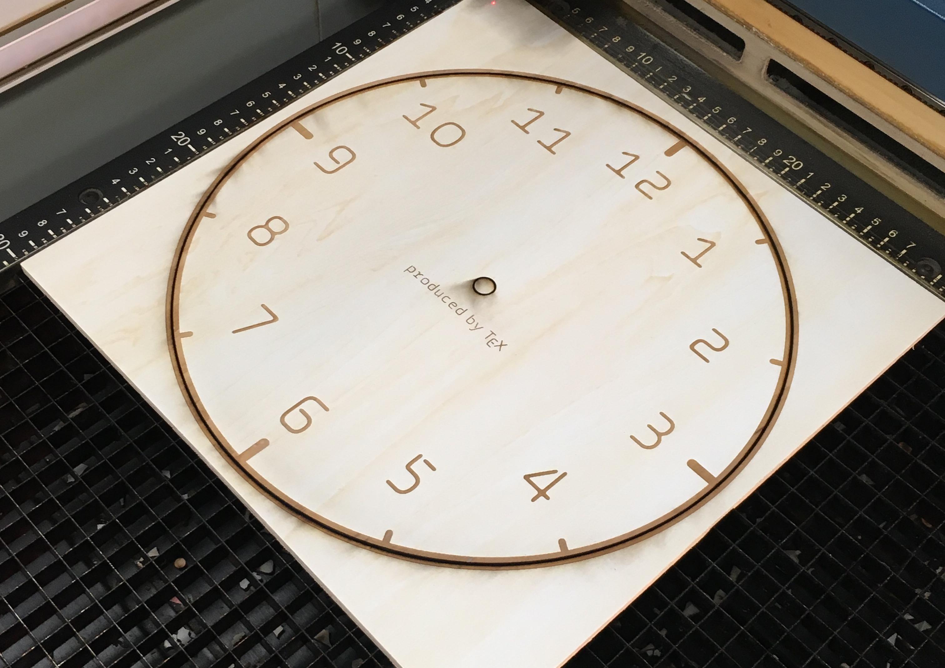 レーザーカッターによる加工が済んだ文字盤